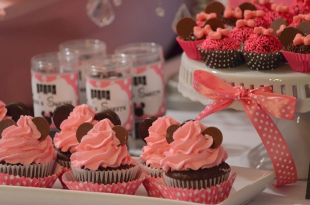 minnie mouse pink dessert table